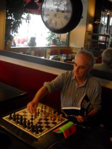 Le double Champion de France 1978 et 1982, auteur de la 'fabuleuse histoire des champions d'échecs', Nicolas Giffard, à qui est dédié le Philidor 2014, découvre le livre au Canal Saint Martin le 15 Octobre 2014
