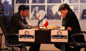 Maxime Vachier-Lagrave face à Vishwanathan Anand en 2013 (wikimedia)